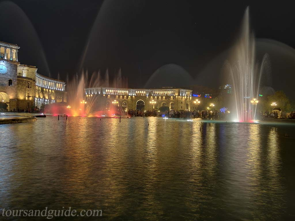 Поющие фонтаны Еревана на площади Республики
